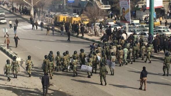 İranda devrim muhafızları sokağa indi
