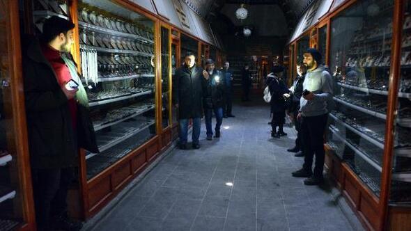 Tarihi Taşhanda mum ışığında ticaret