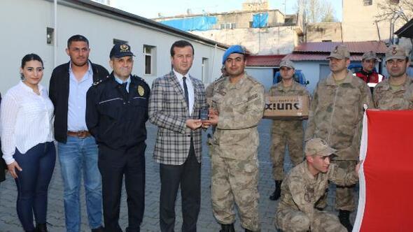 Belediyeden askerlere taşınabilir şarj aleti