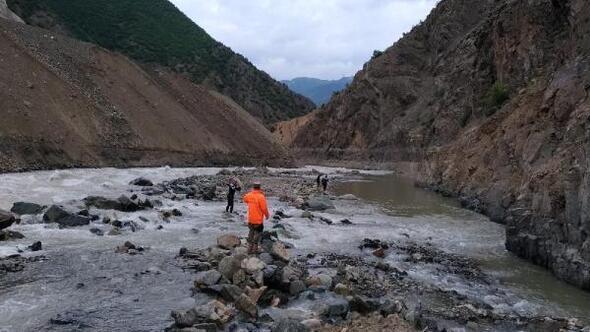 Çoruh Nehrinde kaybolan kişiyi 30 kişilik ekip arıyor