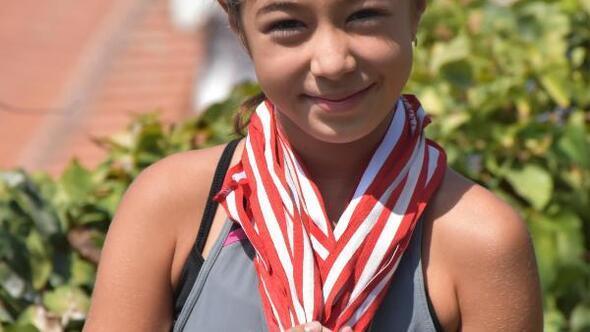 10 yaşındaki Alara teniste madalyalara ambargo koydu