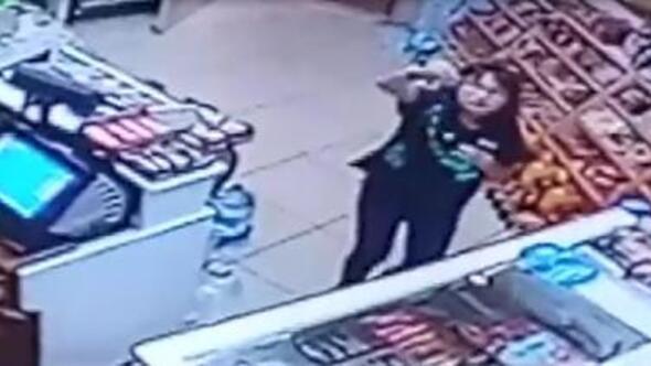 Rüya, market sahibini göremeyince parayı kameraya gösterip şekeri aldı