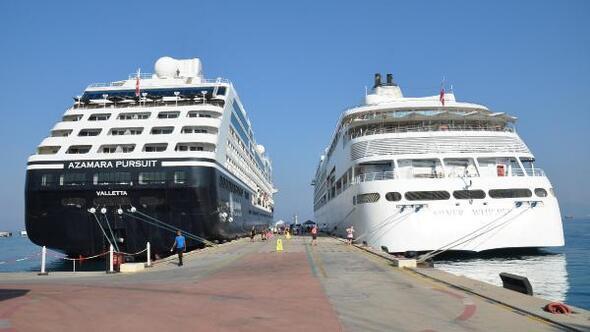 Kuşadasına iki yolcu gemisiyle 1065 turist geldi