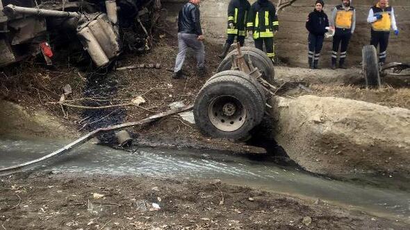 Pancar yüklü kamyon dereye uçtu, 1 ölü
