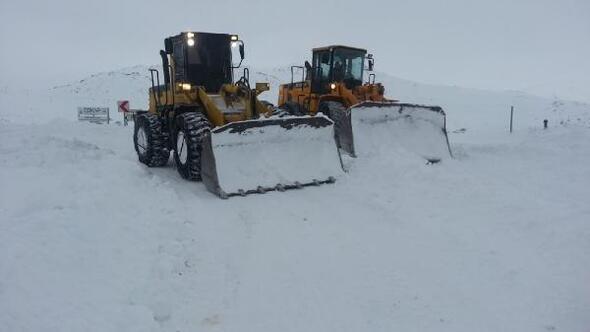 Gümüşhane ve Bayburtta kar yolları kapattı