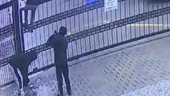 Otomatik kapı açılınca üzerinden geçen çocuk düşme tehlikesi geçirdi