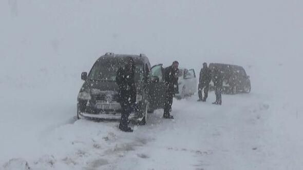 Muş Haberleri: 5 gündür kapalı yolda ekiplerin kar ve tipiyle mücadalesi 33