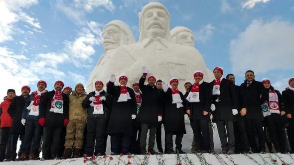 Sarıkamiş Haberleri: Şehit Mehmetçiklerin kardan heykellerine yoğun ilgi 21