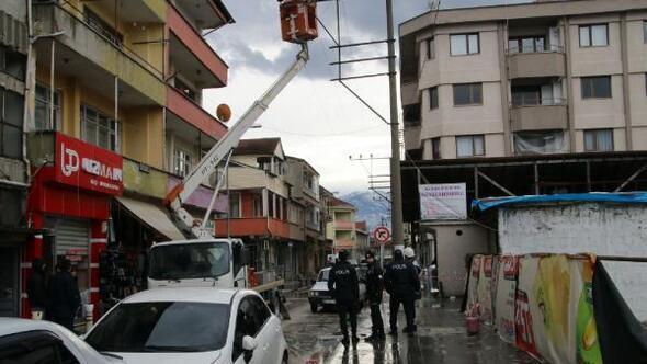 Rüzgarda çatıdan düşen kaplamalar, elektrik tellerini kopardı