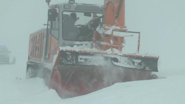 Muş Haberleri: 5 gündür kapalı yolda ekiplerin kar ve tipiyle mücadalesi 91