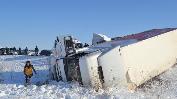 Aksaray Haberleri: Buzlanan yolda 5 araçlı zincirleme kaza: 2 yaralı 89