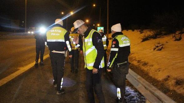 Polisin dur ihtarına uymayarak kaçan otomobildekiler, yola uyuşturucu madde attı
