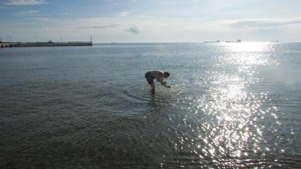 Sarköy Haberleri: Sıcak havayı görünce denize girdi 72