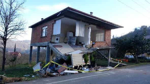 Çarptığı evin mutfak bölümü, kamyonetin üstüne çöktü