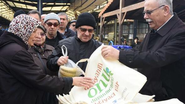 Başkan Gökhan, pazaryerinde vatandaşlara bez çanta dağıttı