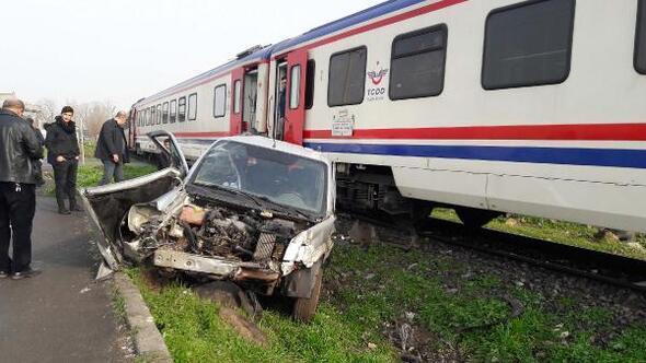 Yolcu treni, hemzemin geçitte ticari araca çarptı: 2 yaralı