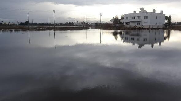 Edremit ve Burhaniyede, tarım arazileri su altında kaldı