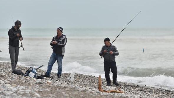 Hortumda balık çiftliklerinden kaçan balıkları avlıyorlar
