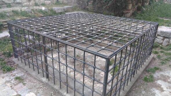 Çöpten görünmeyen mozaiğin üzeri temizlendi