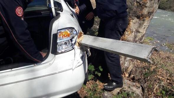 Bariyer, otomobile saplandı: 1i çocuk, 4 yaralı