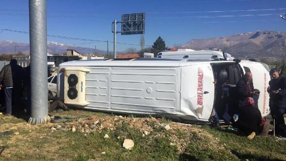 Yolcu minibüsüyle otomobil çarpıştı: 1i ağır, 23 yaralı