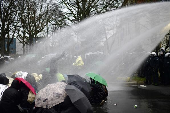 Almanya karıştı Polis ve protestocular çatıştı