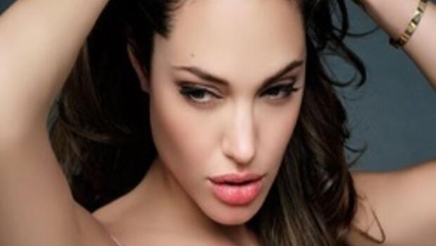 Angelina Jolie iki memesini de aldırdı
