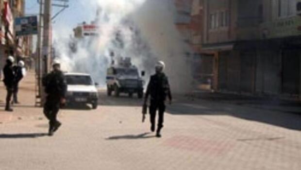 Teröristler kalabalığa karıştı, ateş açtı, 4 polis ağır yaralı