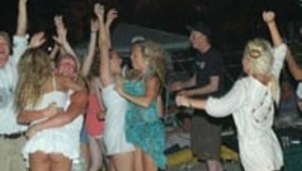 Plajda seksle yılbaşı partisi