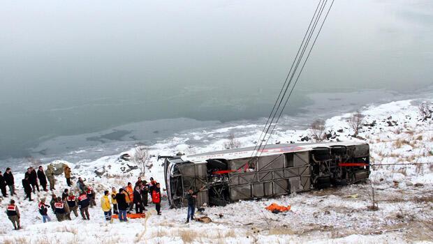 İstanbul otobüsü şarampole devrildi: 2 ölü 4 yaralı