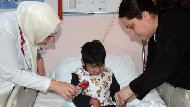Ayakları bağlı Suriyeli çocuk donmak üzereyken bulundu
