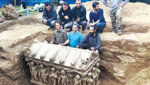 7-тонный саркофаг был перенесен в музей