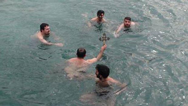Úszás a keresztért - Forrás: Hürriyet