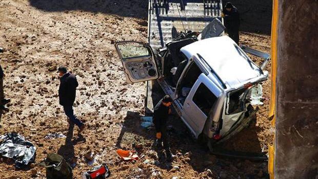 Otomobil köprü inşaatı çukuruna uçtu: 3 ölü