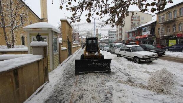 Bayburtta karla mücadelede durmak yok