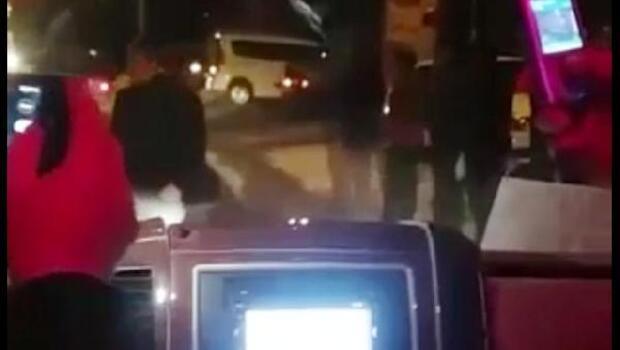 Kendi yolcularını taşıdığı iddiasıyla minibüsün önünü kestiler