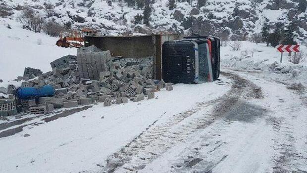 Buzlu yolda kayan kamyon şarampole devrildi: 1 yaralı