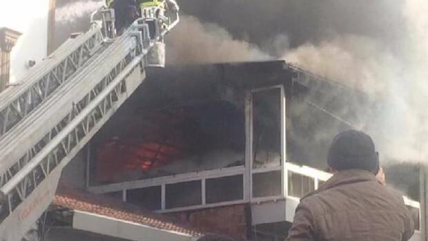 Amasya'da 3 katlı restoranın çatı katı yandı