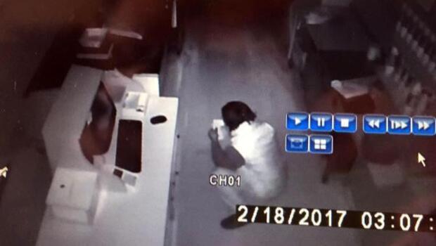 Kafedeki hırsızlık anı güvenlik kamerasında