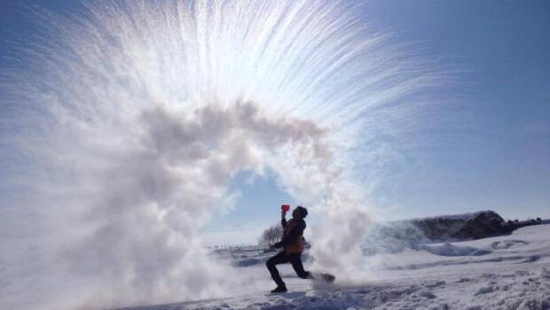 Kaynar su, dondurucu havaya fırlatılınca..