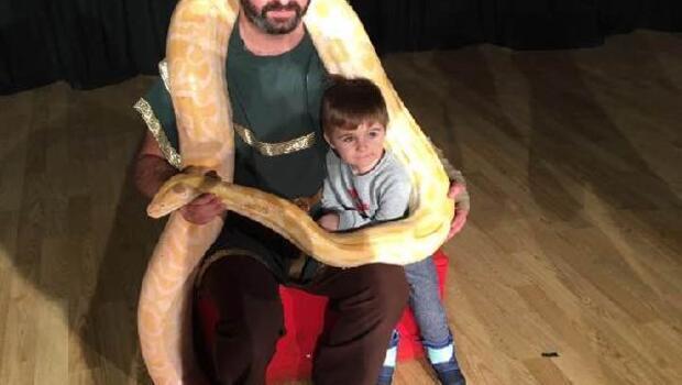 Sirkteki piton yılanı çocukların ilgi odağı oldu