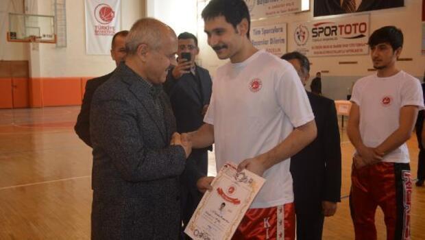 Vali Peynircioğlu, kick boks sporcusu oğluna başarı belgesini verdi