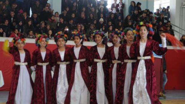 Hakkaride okullar arası halk oyunları yarışması yapıldı