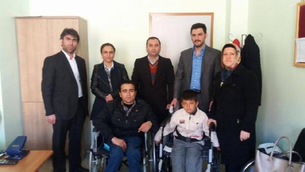Engelli öğrenciye tekerlekli sandalye