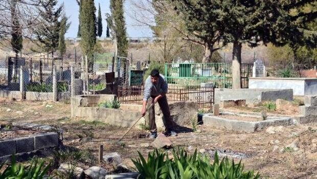 Garipler mezarlığının gönüllü bakıcısı