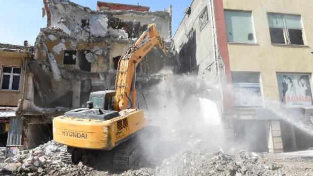 Kent meydanı için yıkım devam ediyor