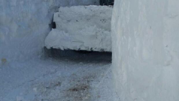 Yüksekovada ekipler metrelerce karla mücadele ediyor