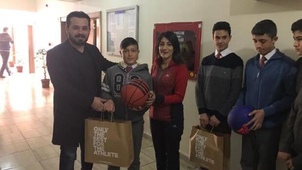 Hakkarili doktordan öğrencilere basket topu ve ayakkabı desteği
