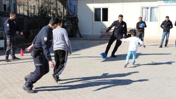 Şırnaklı çocuklar, futbol maçında polisleri yendi