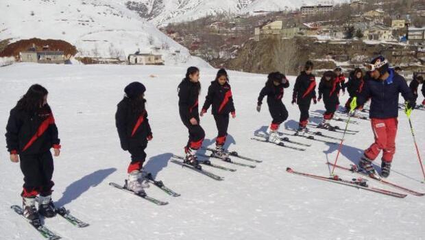 Adilcevazlı çocuklar kayakla tanıştı